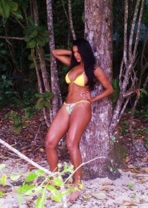 Candidata do Miss Bumbum, Aline Bernardes, posa para ensaio na praia